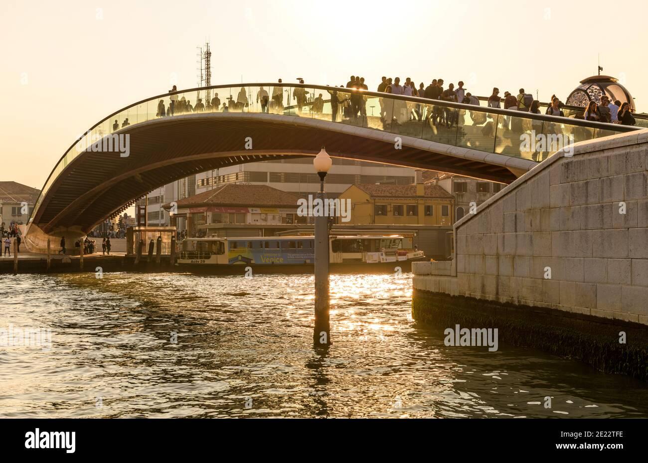 Ponte moderno - veduta serale del Ponte della Costituzione, che collega la Stazione ferroviaria Santa Lucia e Piazzale Roma, sul Canal Grande a Venezia, Italia. Foto Stock