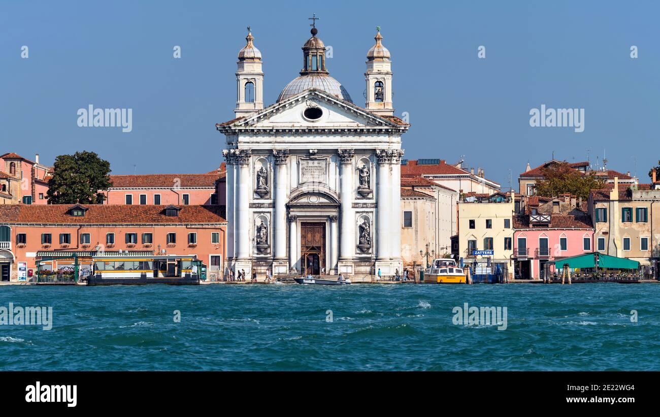 Santa Maria del Rosario - una soleggiata vista sulla facciata della settecentesca chiesa domenicana di Santa Maria del Rosario, Venezia, Veneto, Italia. Foto Stock
