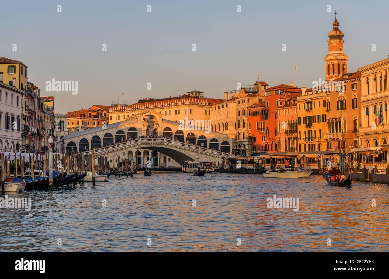 Tramonto Ponte di Rialto - una colorata vista del tramonto sul Canal Grande al Ponte di Rialto. Venezia, Veneto, Italia. Foto Stock