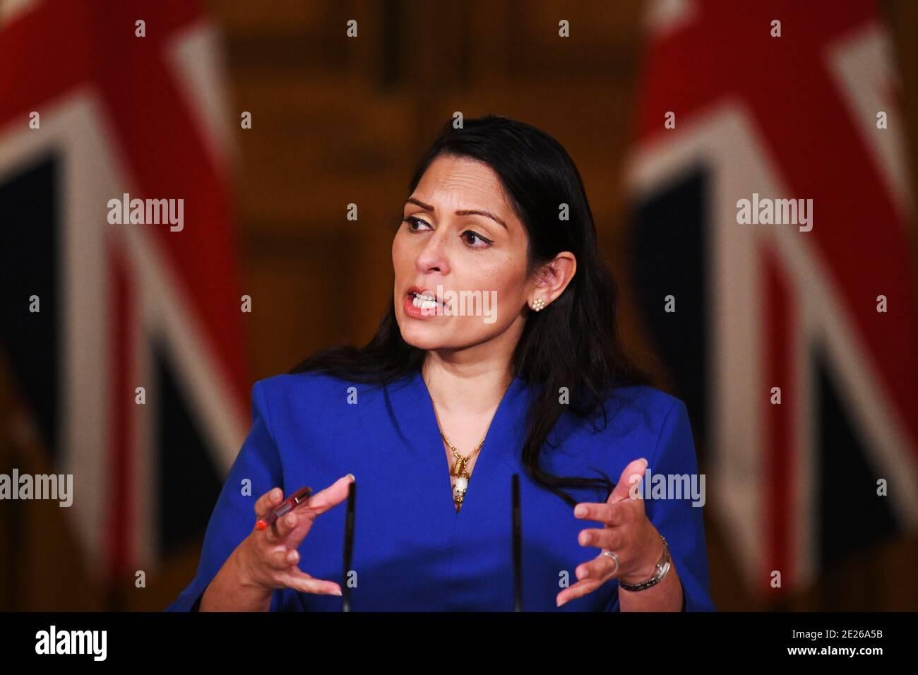 Il Segretario britannico agli interni Priti Patel parla ad una conferenza stampa sulla malattia del coronavirus (COVID-19) a Downing Street, a Londra, Gran Bretagna, 12 gennaio 2021. Leon Neal/Pool via REUTERS Foto Stock