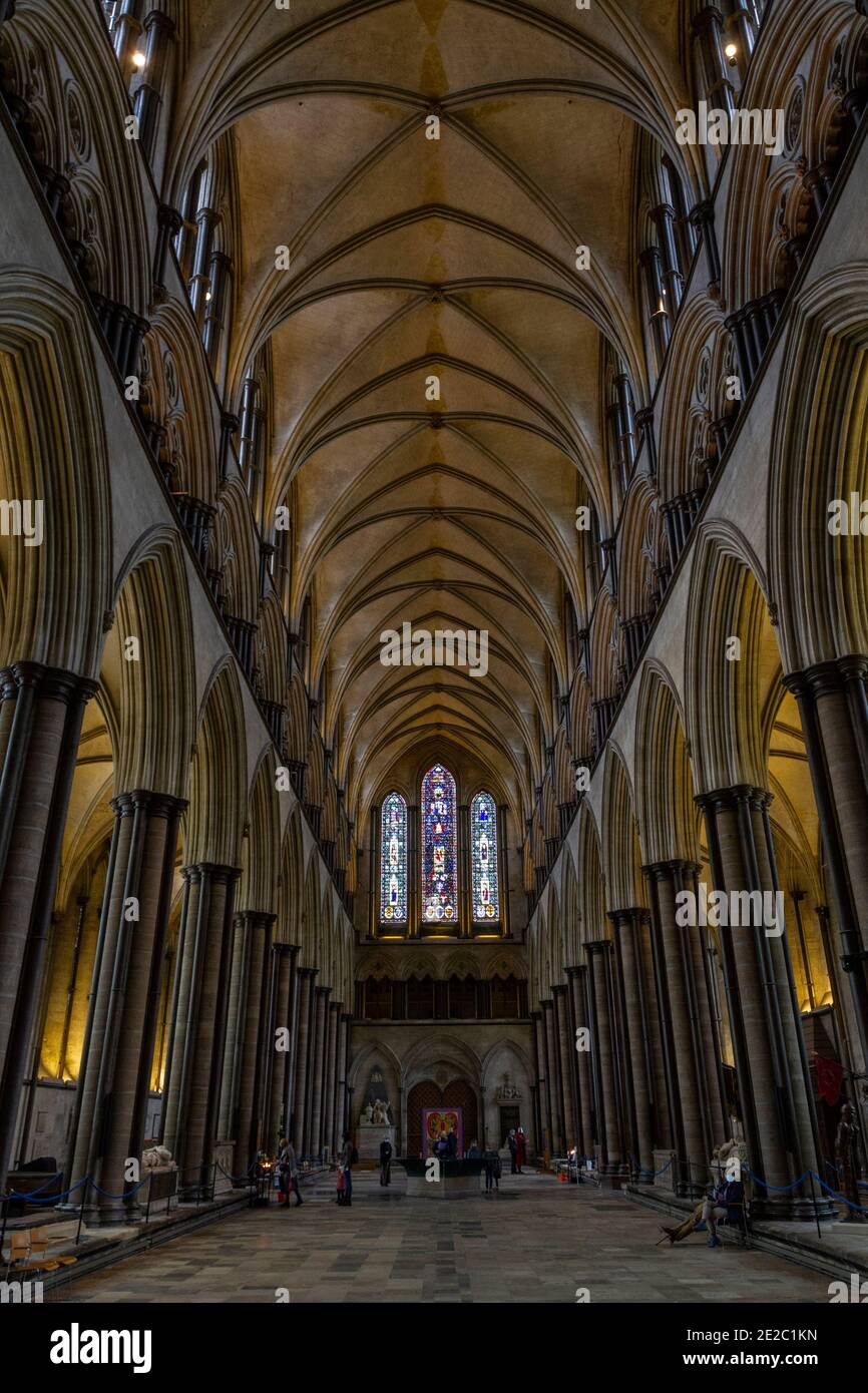 Vista generale lungo la navata centrale della Cattedrale di Salisbury, (Chiesa della Beata Vergine Maria), una cattedrale anglicana a Salisbury, nel Wiltshire, Regno Unito. Foto Stock