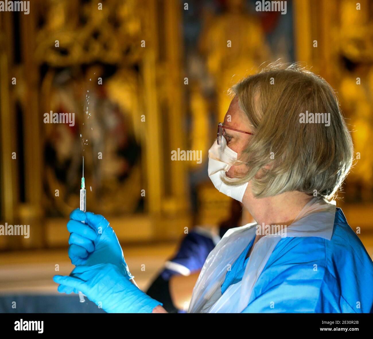 Il vaccino Pfizer coronavirus è preparato da un operatore sanitario nella Cattedrale di Salisbury, nel Wiltshire, prima di essere somministrato ai membri del pubblico. Foto Stock