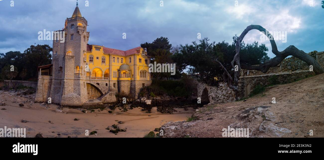 Bellissimo edificio museale - Condes de Castro Guimarães - durante l'alba con illuminazione notturna, vista panoramica. Cascais, Portogallo Foto Stock