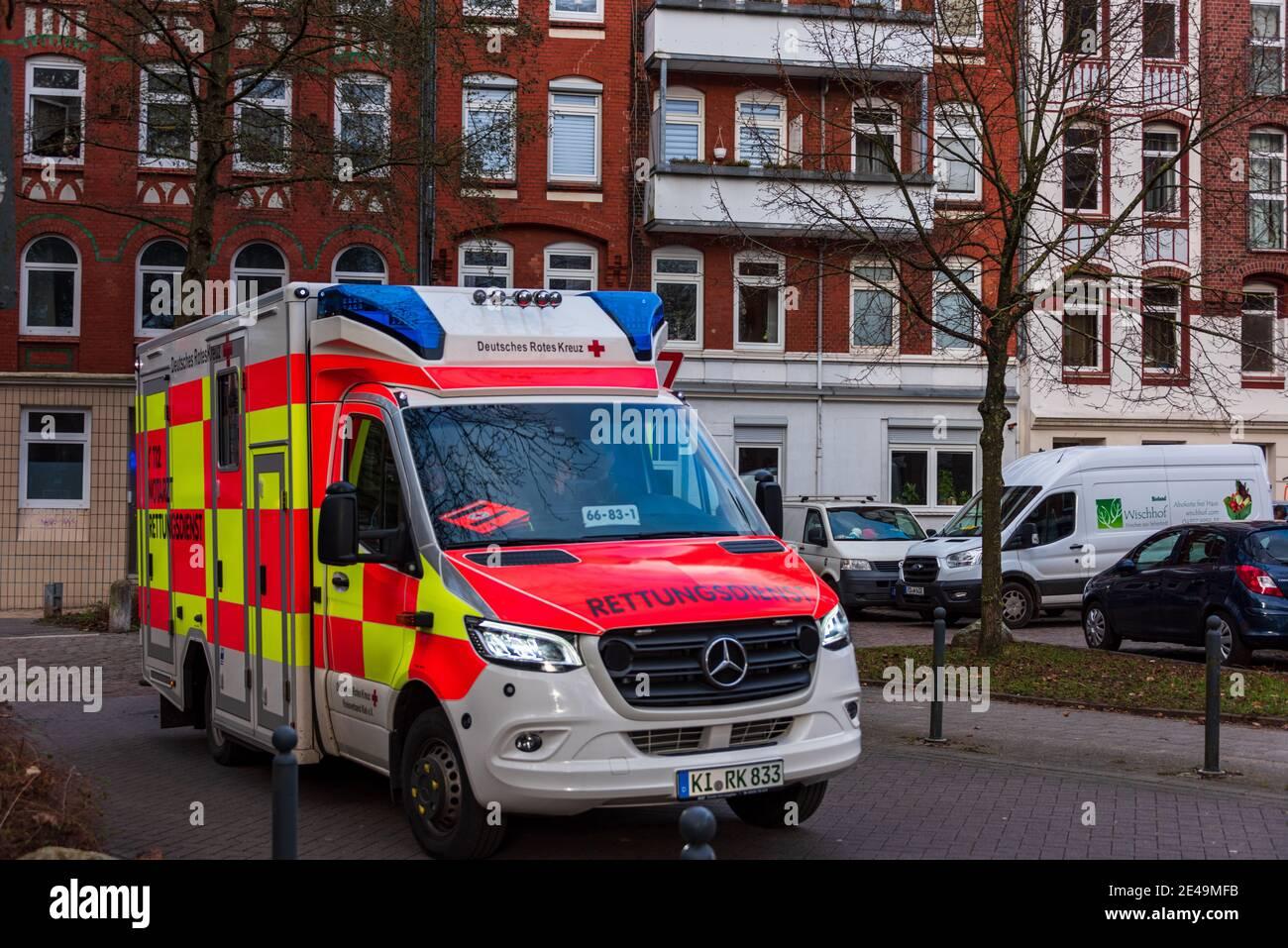 Ein Notarztwagen der Deutschen Roten Kreuz im Einsatz in der Kieler Innenstadt Foto Stock