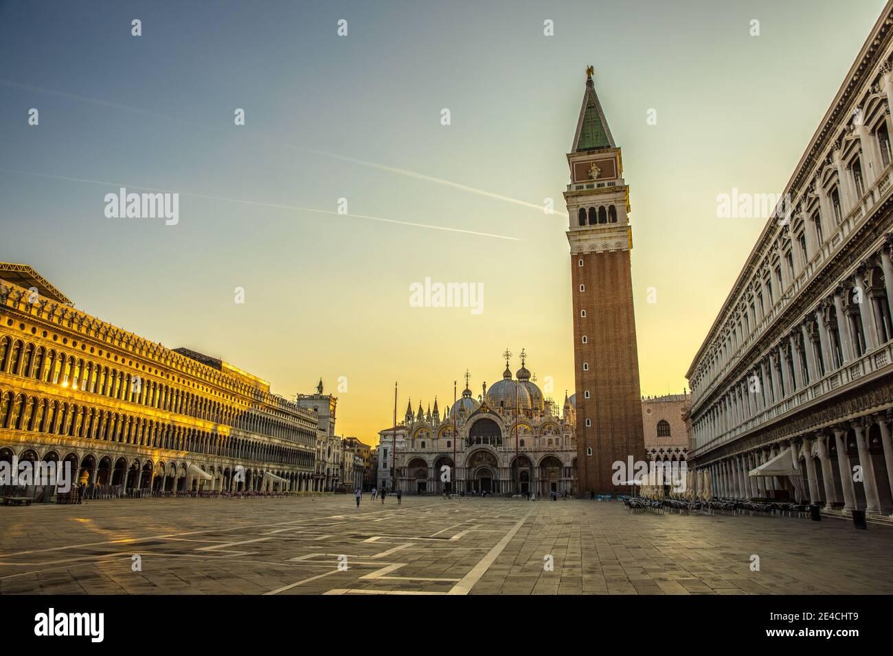 Venezia durante i periodi di Corona senza turisti, vista su Piazza San Marco a San Marco e il Campagnile Foto Stock