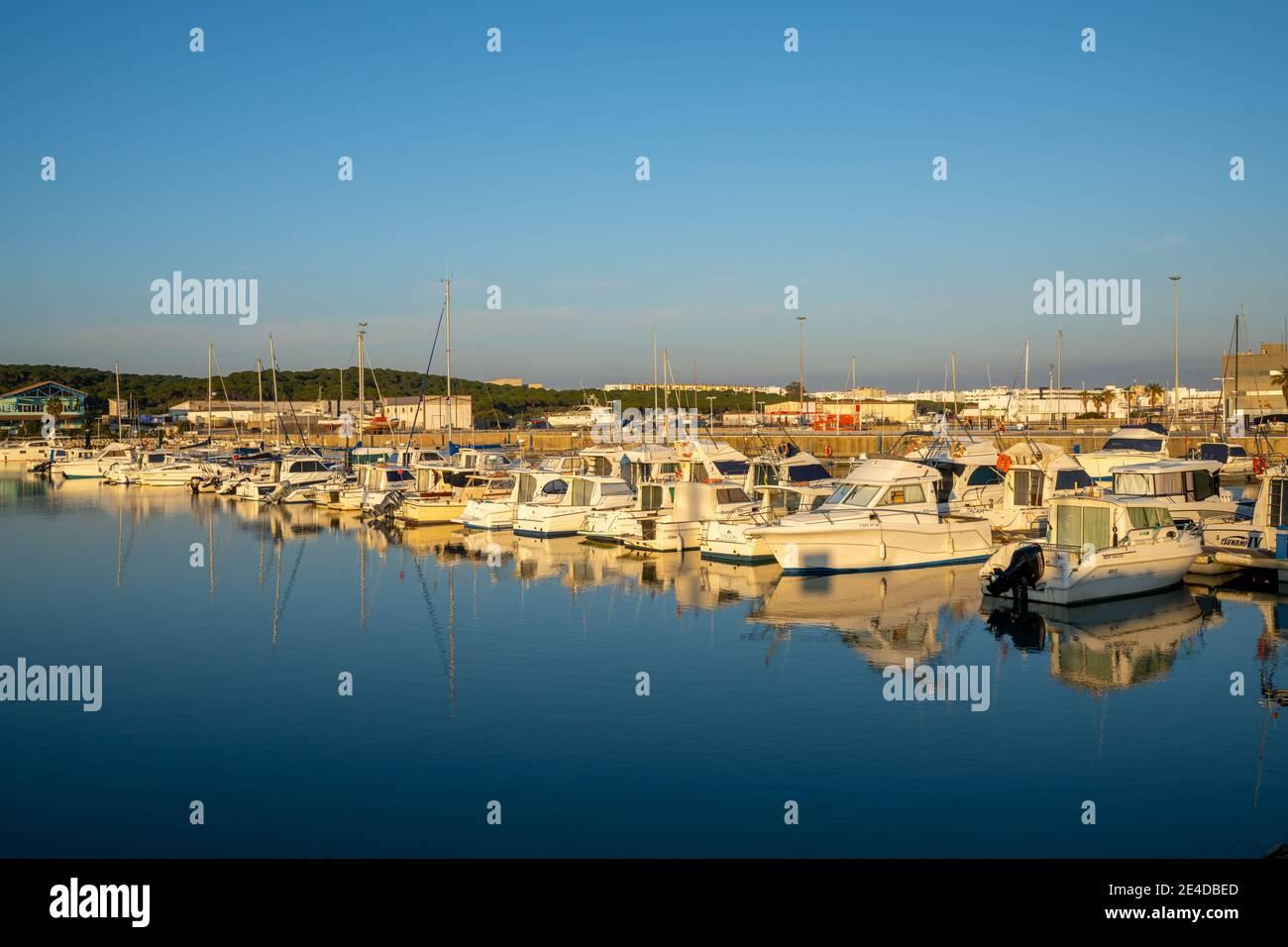 Barbate, Andalusia - 18 gennaio 2021: Vista del porto e porto di Barbate al tramonto Foto Stock