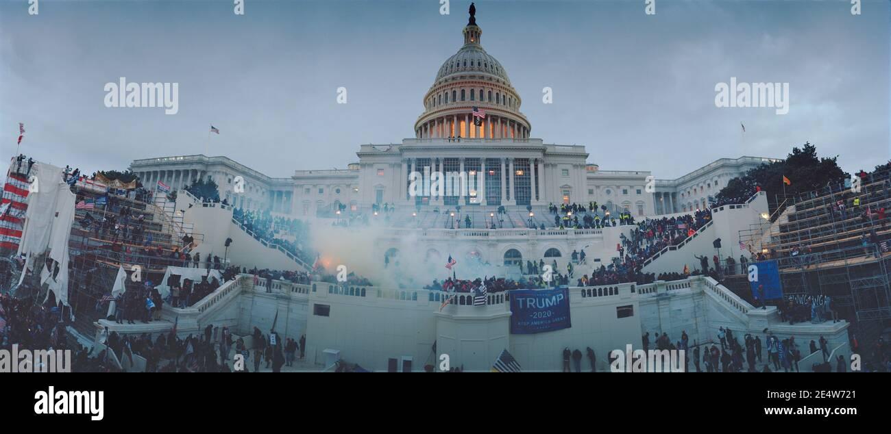6 gennaio 2021, DC Capitol Riot, ultimi minuti di standoff. La polizia usa pesantemente gas lacrimogeni e spinge i dimostranti fuori dal Campidoglio degli Stati Uniti, USA Foto Stock