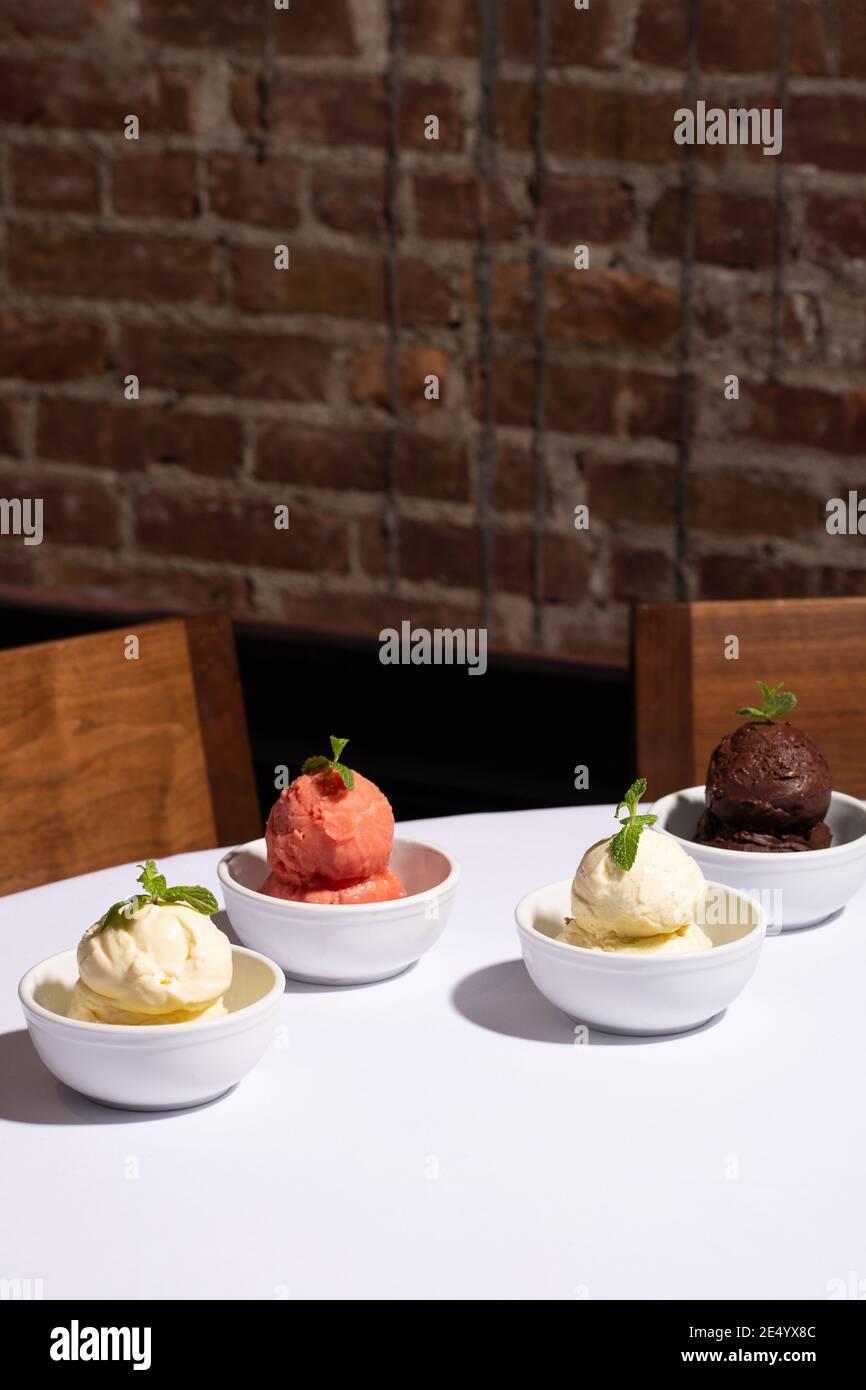 Quattro ciotole di gelato e sorbetto Foto Stock