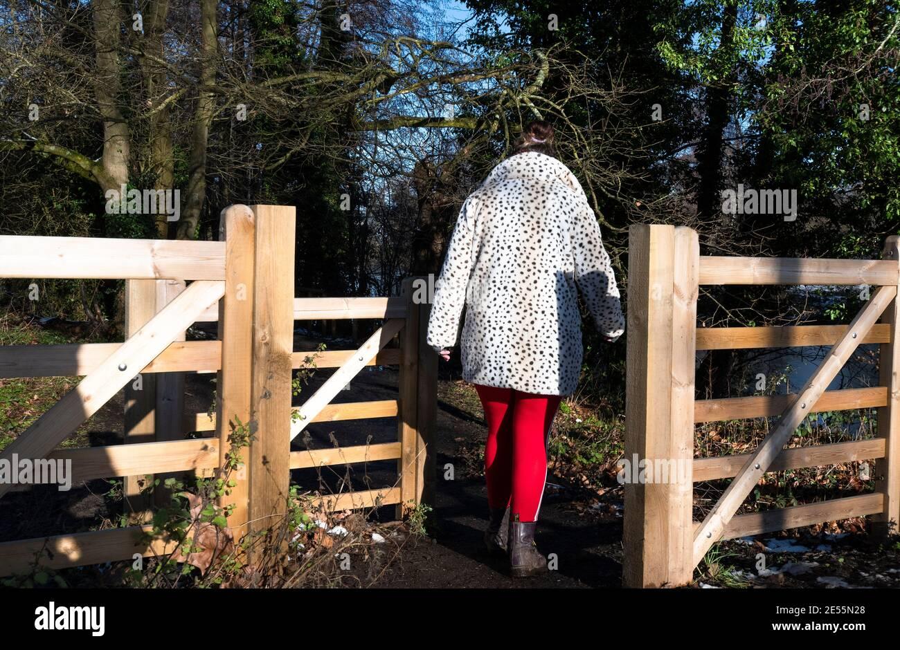 Donna nel parco di campagna su una passeggiata durante il blocco nel gennaio 2021 - Reading, Berkshire, Inghilterra, Regno Unito Foto Stock