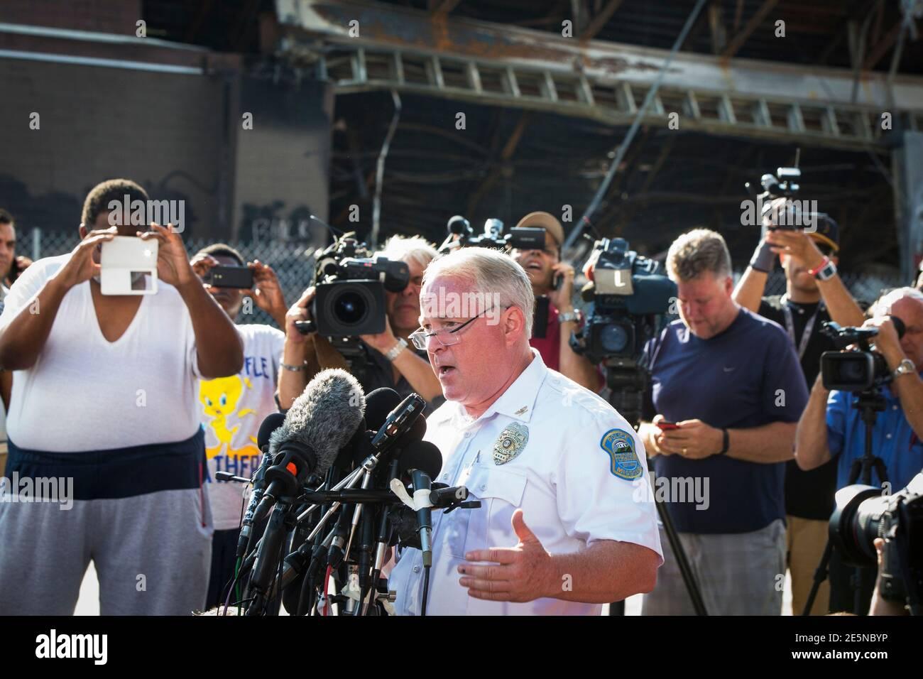Thomas Jackson, capo della polizia di Ferguson, annuncia il nome dell'ufficiale coinvolto nella sparatoria di Michael Brown come ufficiale Darren Wilson, a Ferguson, Missouri, 15 agosto 2014. Il briefing si è tenuto nei pressi di un minimarket QuikTrip che era stato bruciato durante le proteste per le riprese di Brown, 18, sabato scorso. REUTERS/Lucas Jackson (STATI UNITI - Tags: LA LEGGE CIVILE SUL CRIMINE) Foto Stock