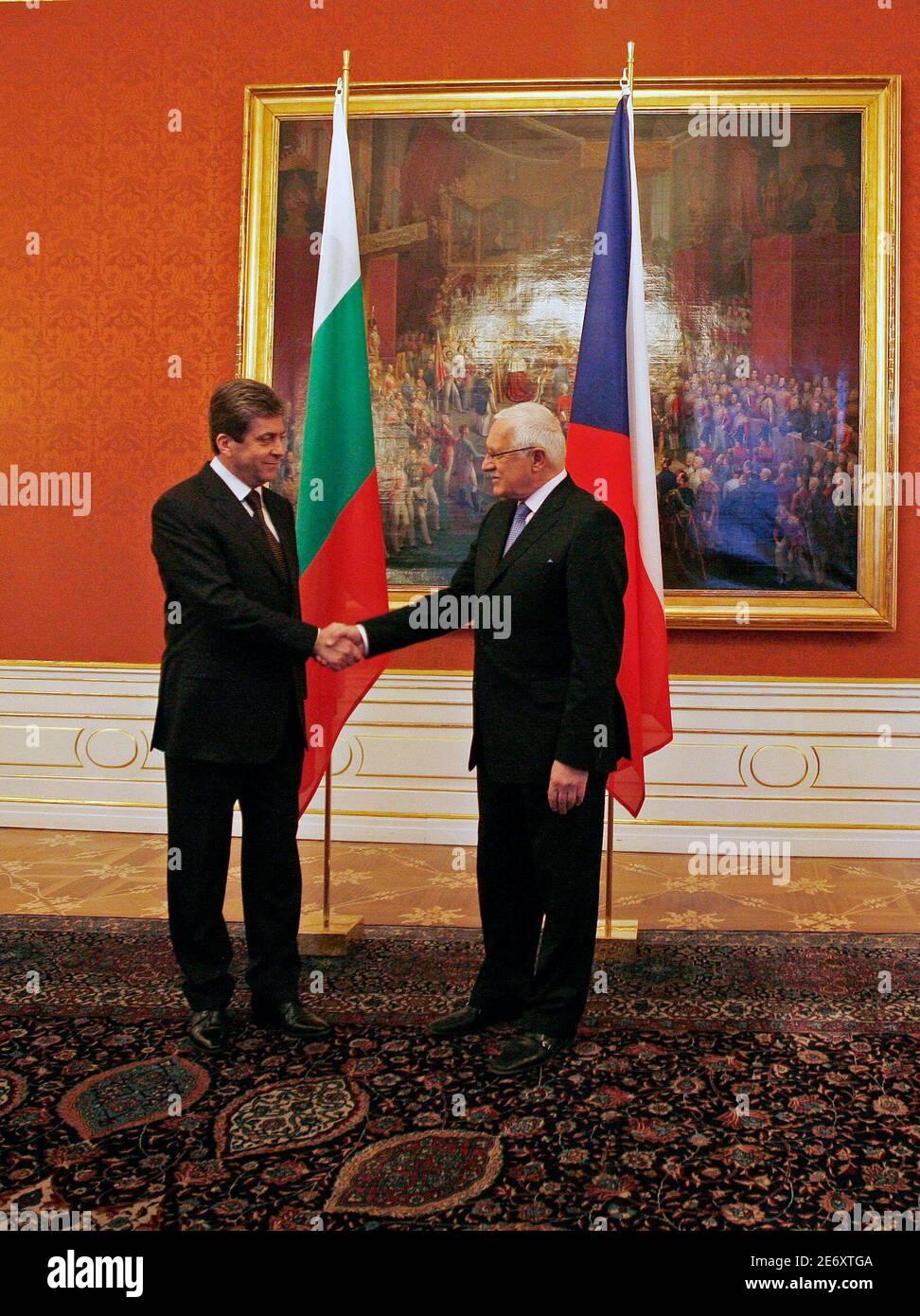 Il presidente della Repubblica ceca Vaclav Klaus (R) dà il benvenuto al presidente della Bulgaria Georgi Parvanov al castello di Praga il 18 marzo 2009. REUTERS/Petr Josek (POLITICA DELLA REPUBBLICA CECA) Foto Stock
