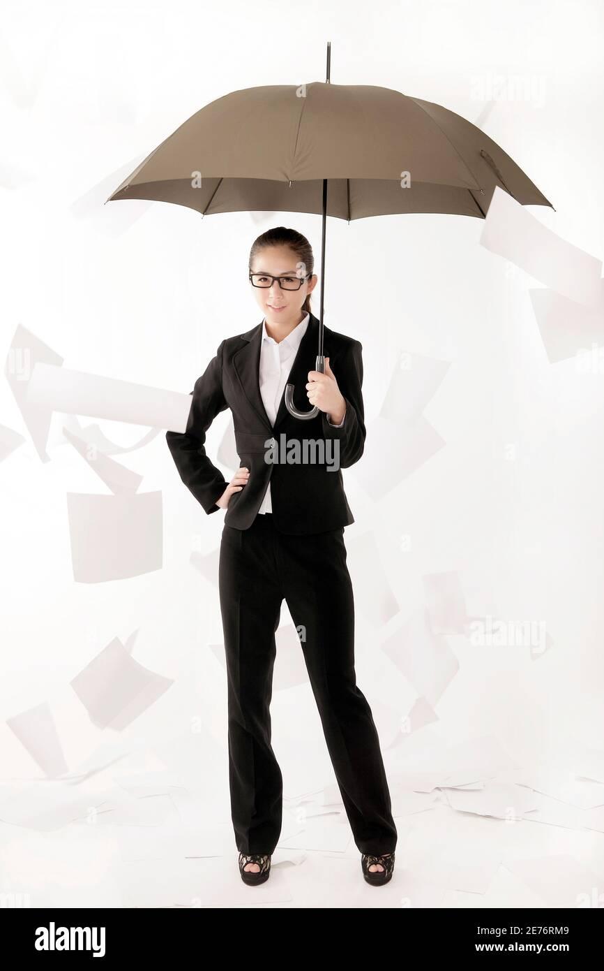 Donna di affari che tiene un ombrello foto di alta qualità Foto Stock