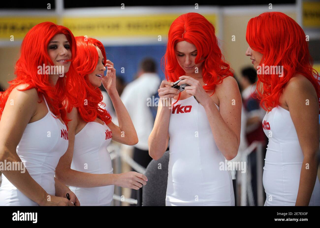 Girls wearing matching outfits promote Nyko Technologies at the E3 Electronic Entertainment Expo in Los Angeles June 2, 2009.   REUTERS/Phil McCarten  (UNITED STATES ENTERTAINMENT BUSINESS) Foto Stock