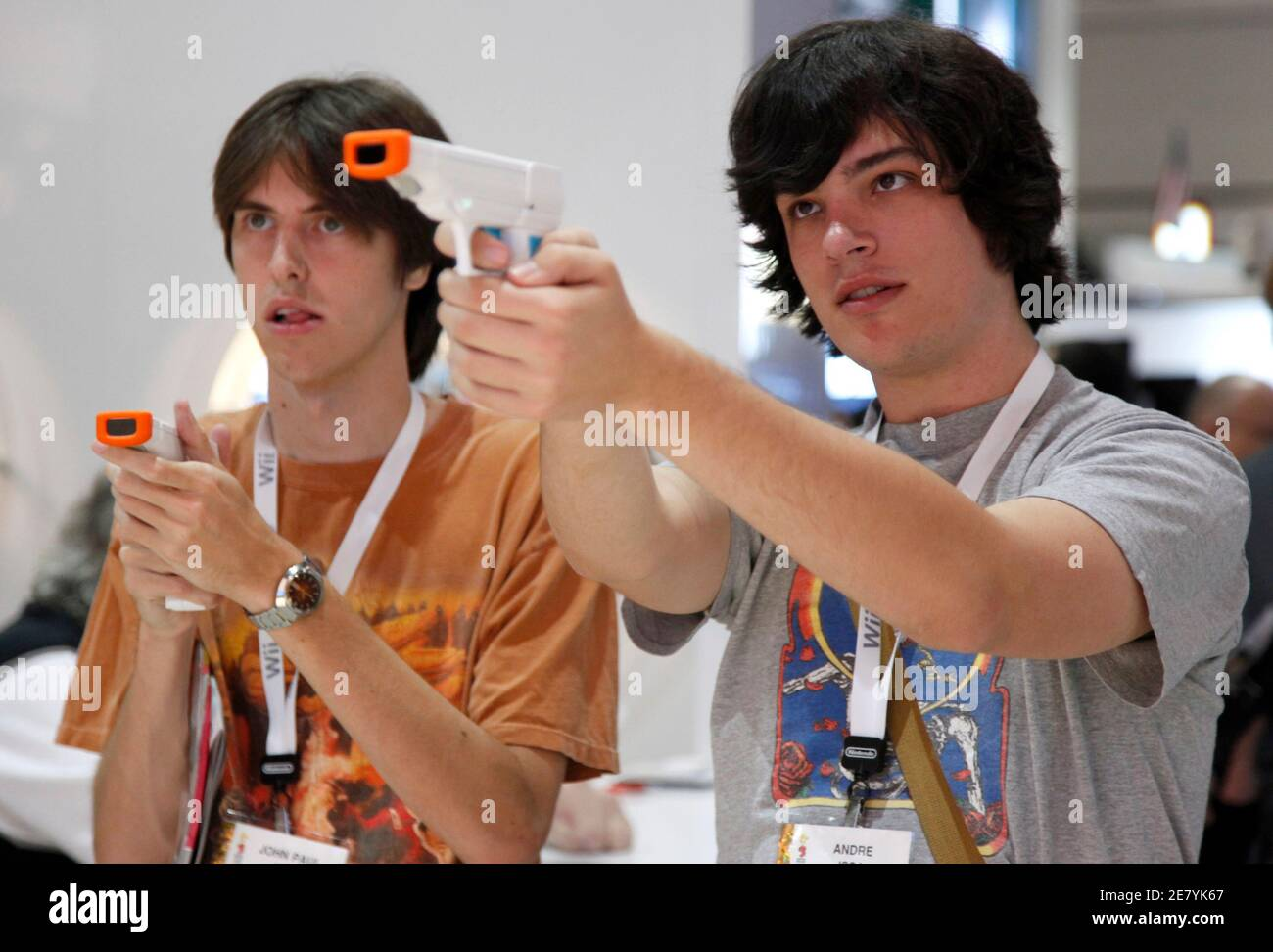Visitors John Paul Issa (L) and Ryan Crow (R) try out the new Nyko wand and pistol grip as they play the Nintendo Wii at the Nyko Technologies booth during the Electronic Entertainment Expo (E3) in Los Angeles June 3, 2009. The convention runs June 2-4. REUTERS/Danny Moloshok (UNITED STATES SCI TECH BUSINESS) Foto Stock