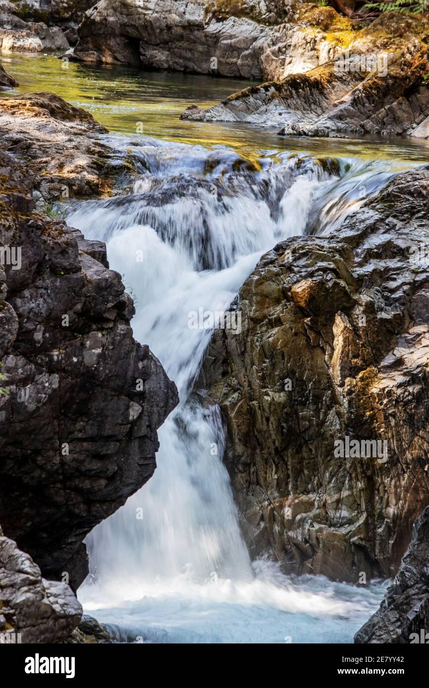 Da vicino con le cascate Qualicum, Vancouver Island, BC, Canada. Qualicum Falls è una delle attrazioni dell'isola di Vancouver in BC, Canada. Lo è Foto Stock