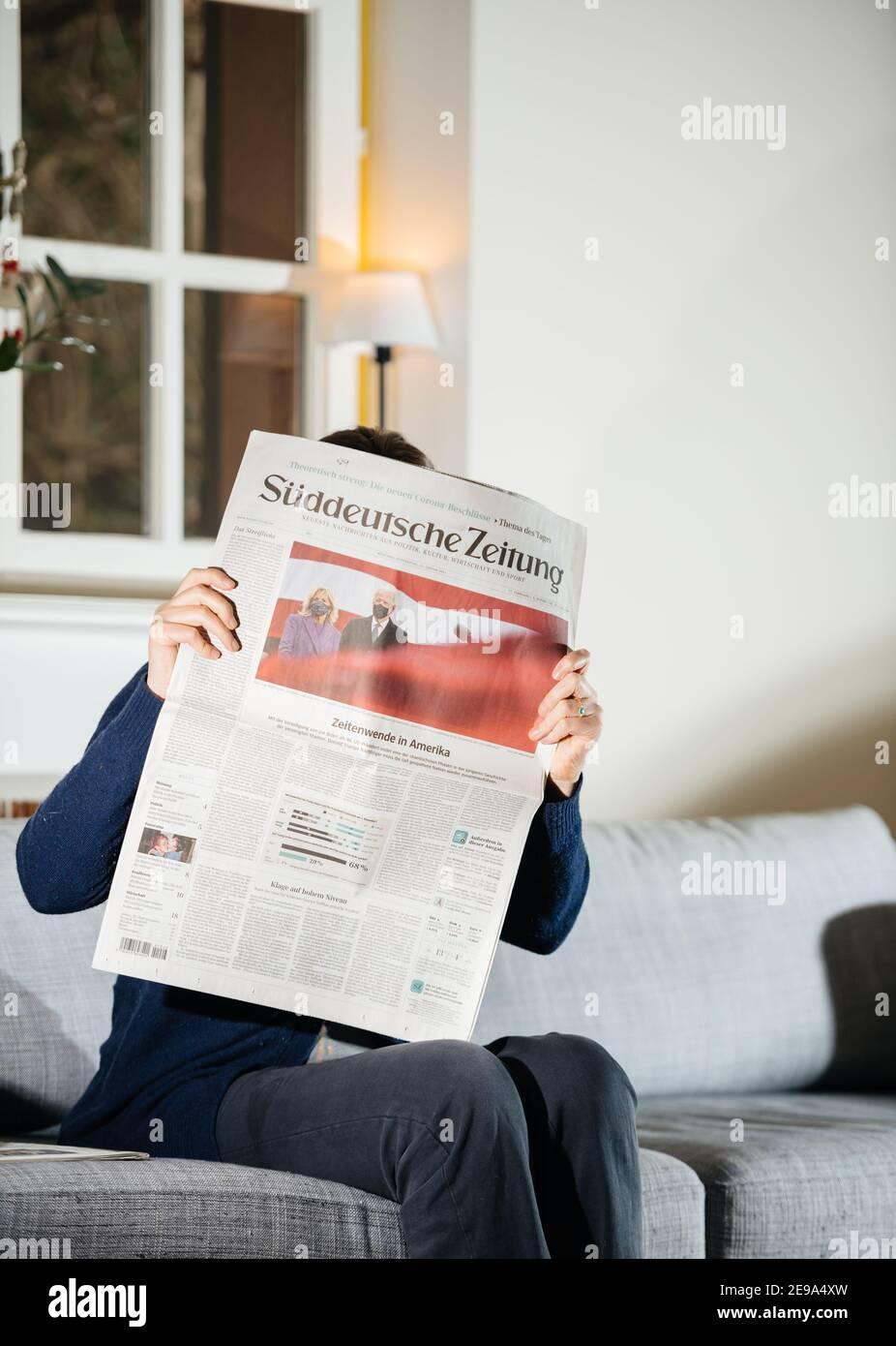 Parigi, Francia - 21 gennaio 2021: Donna che legge il giornale Suddeutsche Zeitung con il neo-eletto presidente degli Stati Uniti giurò di essere il 46° presidente degli Stati Uniti Joe Biden e First Lady Jill Bide indossando maschere Foto Stock