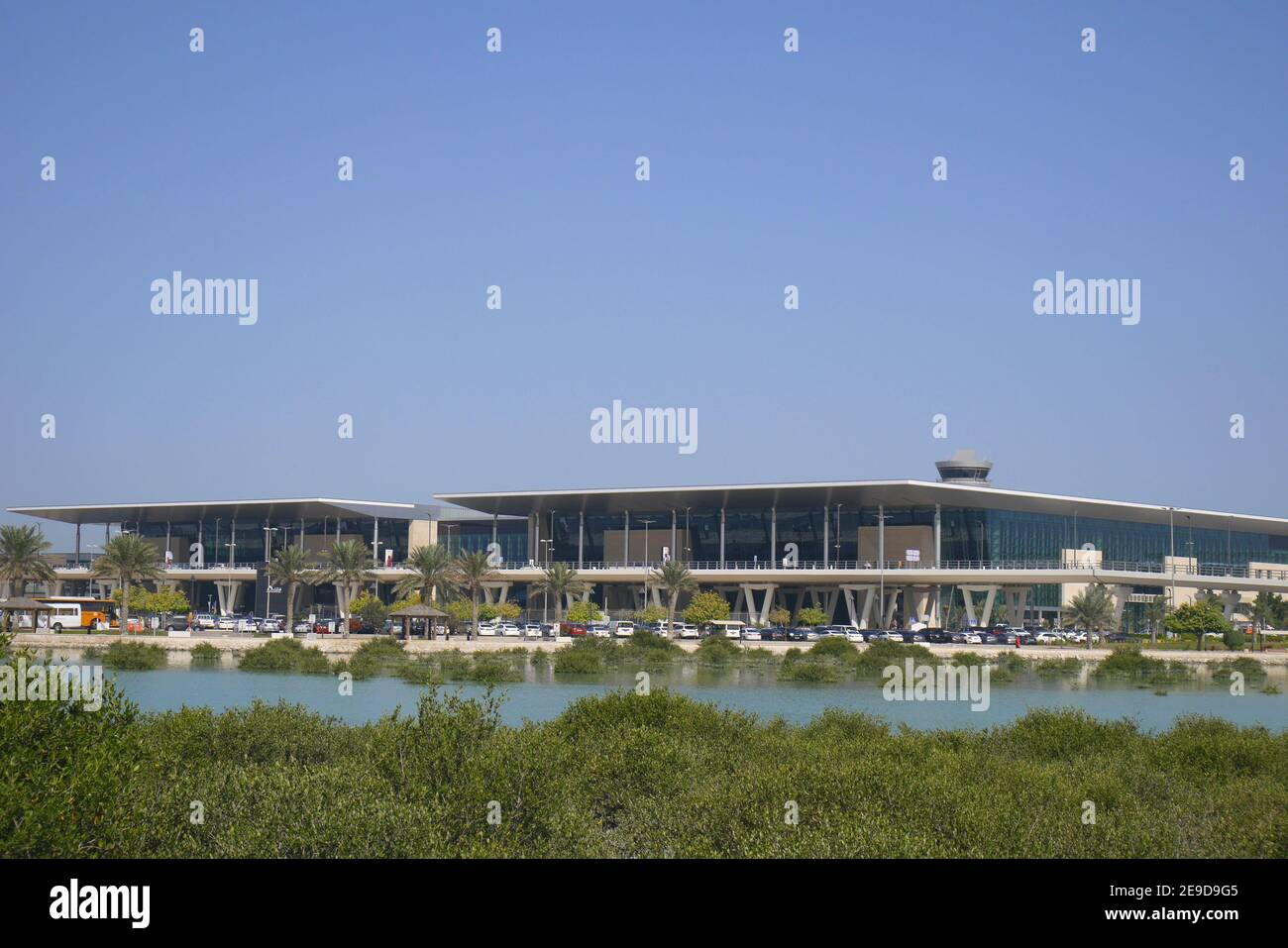 Il nuovo edificio del terminal passeggeri, visto dall'altra parte delle mangrovie della Baia di Arad, dall'aeroporto internazionale del Bahrain, Muharraq, Regno del Bahrain Foto Stock