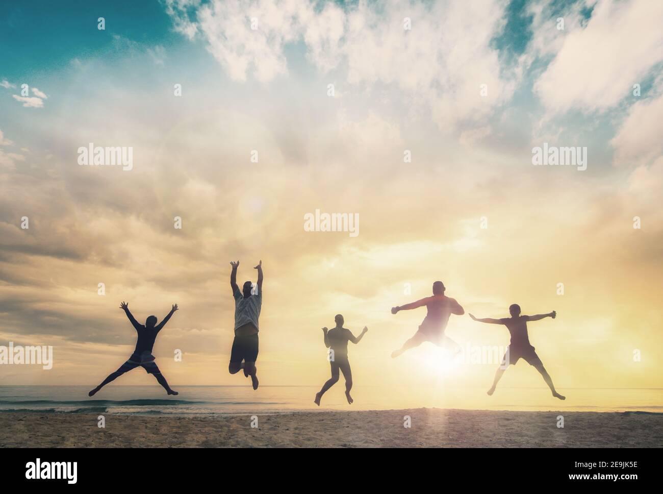 Famiglia felice gruppo di persone celebrare salto per una buona vita sul concetto di fine settimana per vincere la vittoria, persona fede in libertà finanziaria benessere sano, Grande Foto Stock