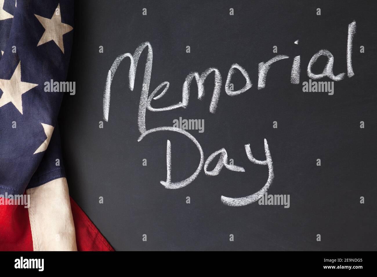 Cartello del Memorial Day su una lavagna con bandiera americana d'epoca Foto Stock