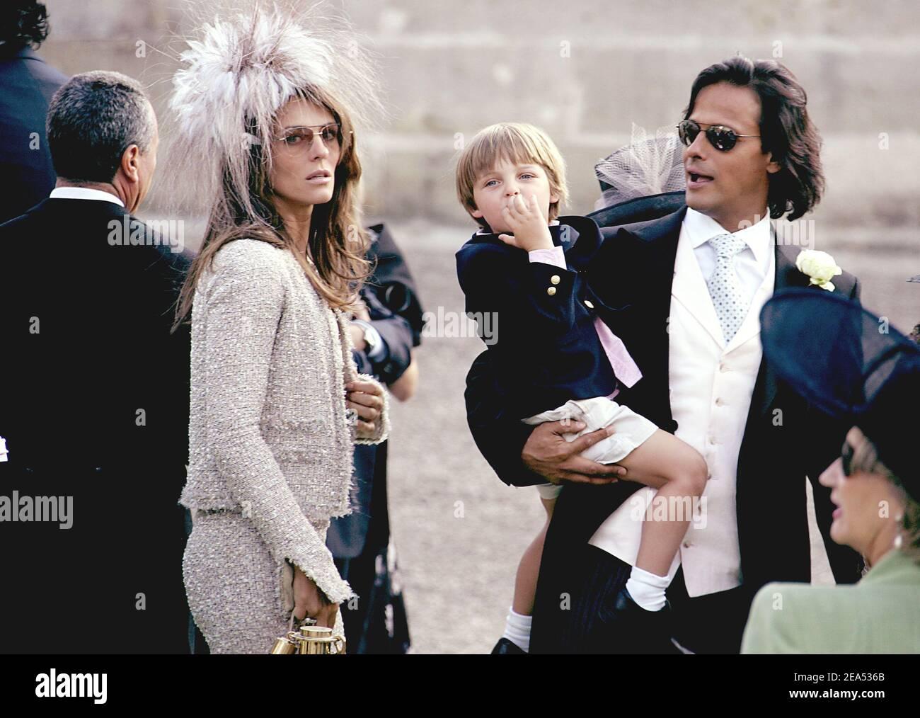 L'attrice e modello britannico Elizabeth Hurley e il suo fidanzato Arun  Nayar con suo figlio Damian partecipano al matrimonio di Delphine Arnault e  Alessandro Gancia a Bazas, nel sud-ovest della Francia, il