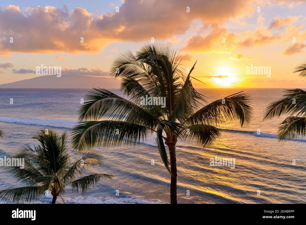 Sunset Maui - UN colorato tramonto sulla costa nord-occidentale di Maui, con l'isola di Lanai sullo sfondo. Maui, Hawaii, Stati Uniti. Foto Stock