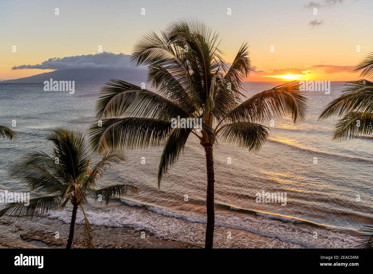 Sunset Island - UN colorato tramonto sulla costa nord-occidentale dell'isola di Maui, con l'isola di Lanai all'orizzonte. Maui, Hawaii, Stati Uniti. Foto Stock