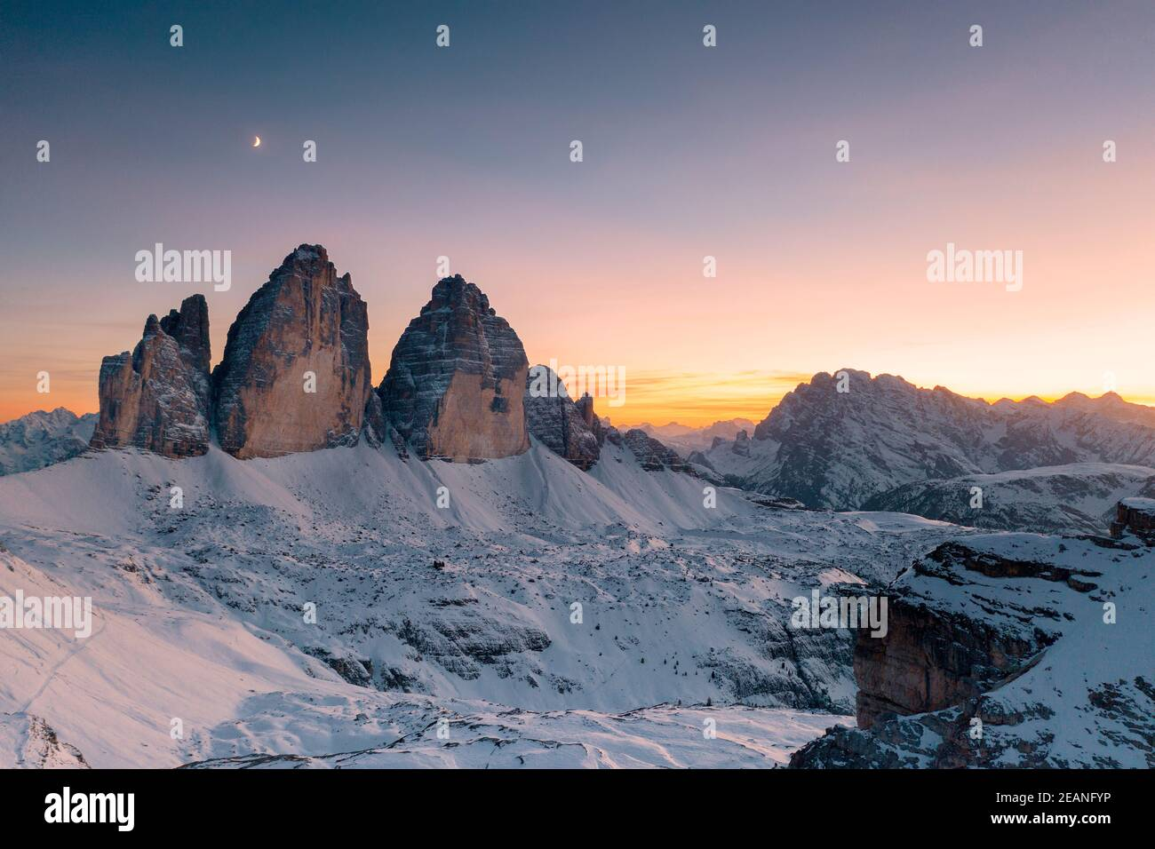 Tramonto sulle tre Cime di Lavaredo e Monte Cristallo innevato in autunno, Dolomiti, confine con l'Alto Adige e il Veneto, Italia, Europa Foto Stock