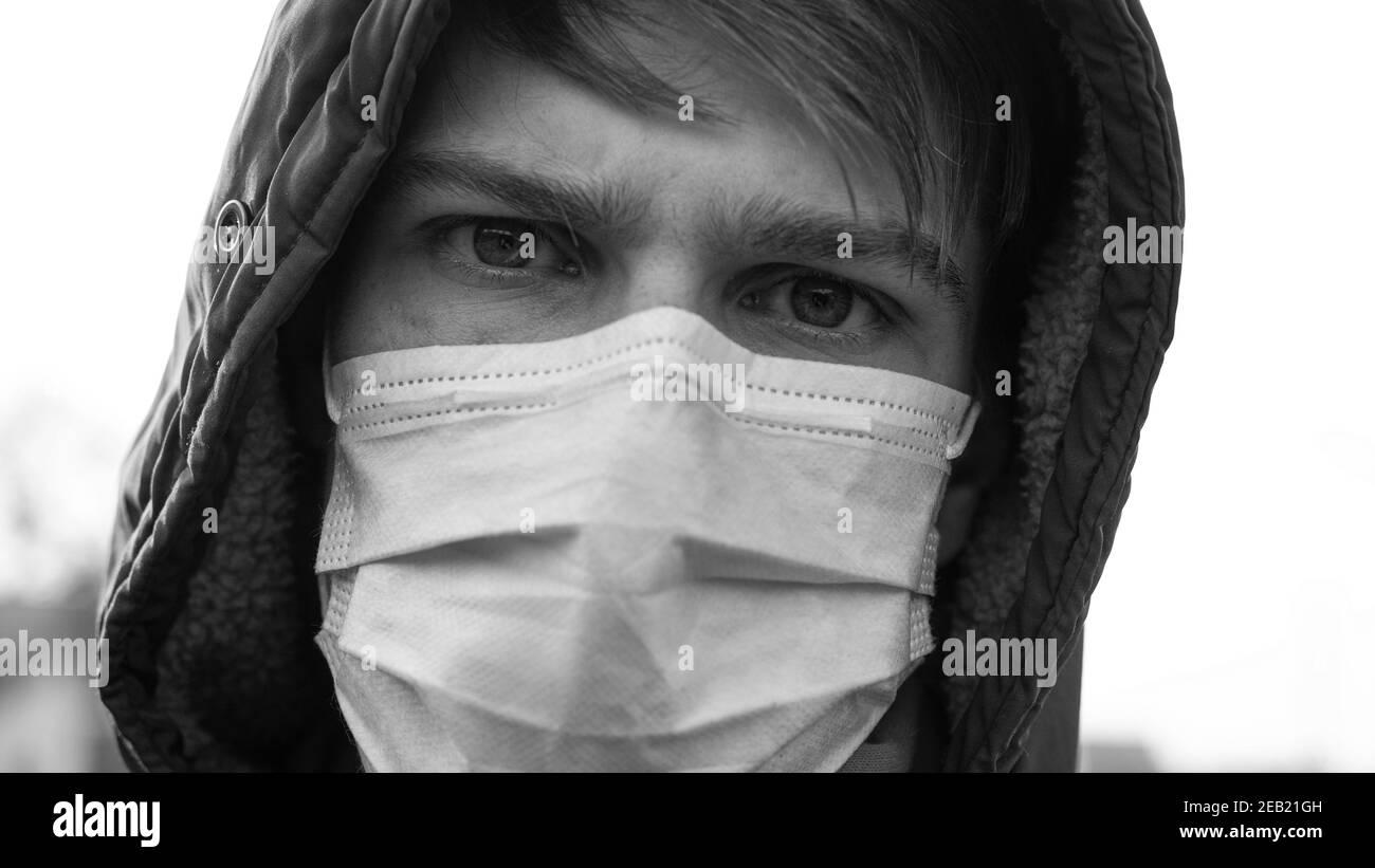 l'uomo in maschera medica è malato con un coronavirus. focolaio di infezione virale covid-19.pandemic quarantena epidemia Foto Stock