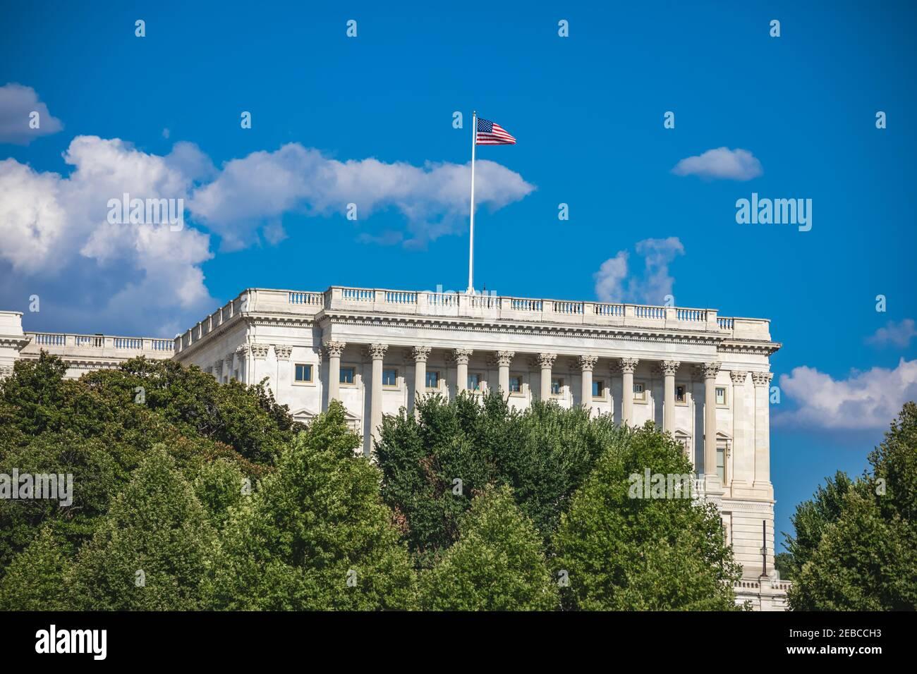 Esterno della Camera dei rappresentanti del Campidoglio degli Stati Uniti a Washington, DC, con una bandiera americana che batte in alto Foto Stock