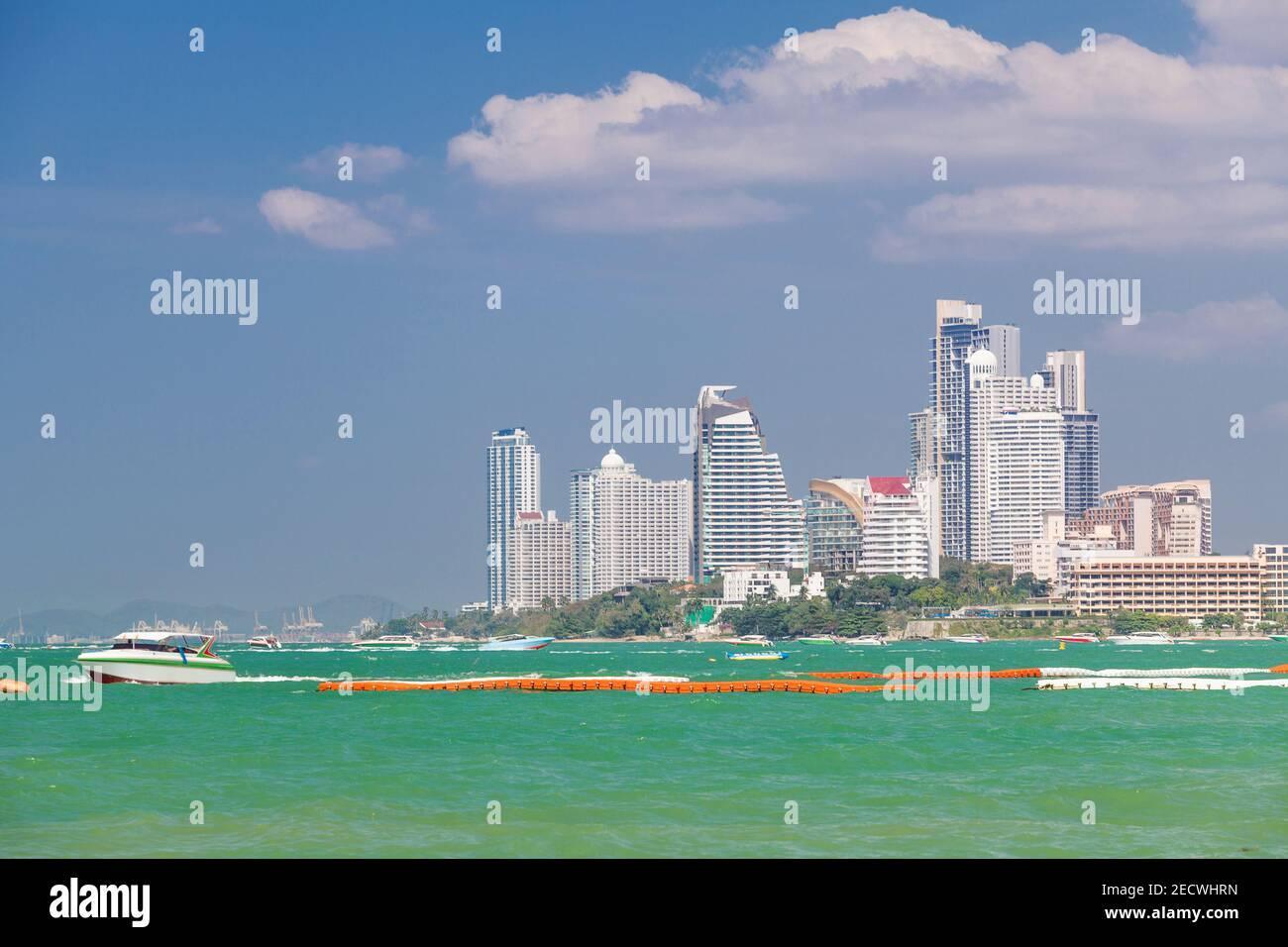 Background hotel e barche su acque turchesi a Pattaya Beach, Thailandia Foto Stock
