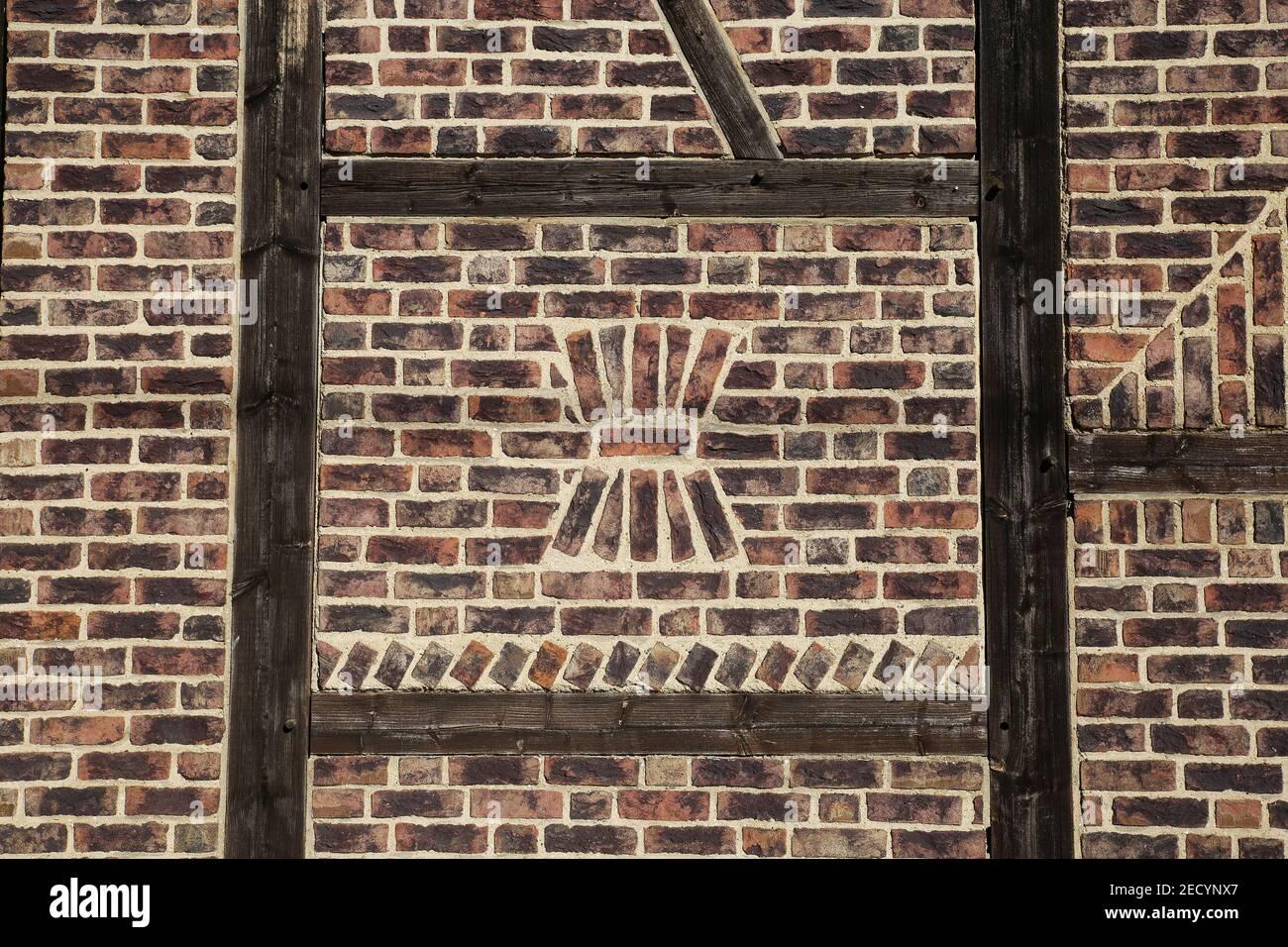 Closeup di isolato rosso mezzo legno casa fattoria muro di mattoni - Germania Foto Stock