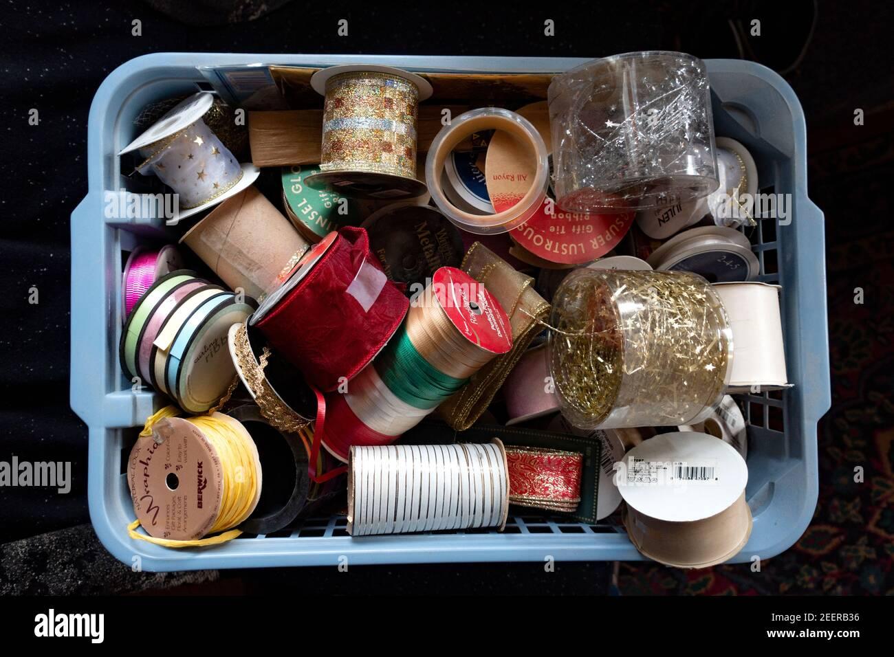 Un cestino di nastri colorati per la decorazione. St Paul Minnesota, Minnesota, Stati Uniti Foto Stock