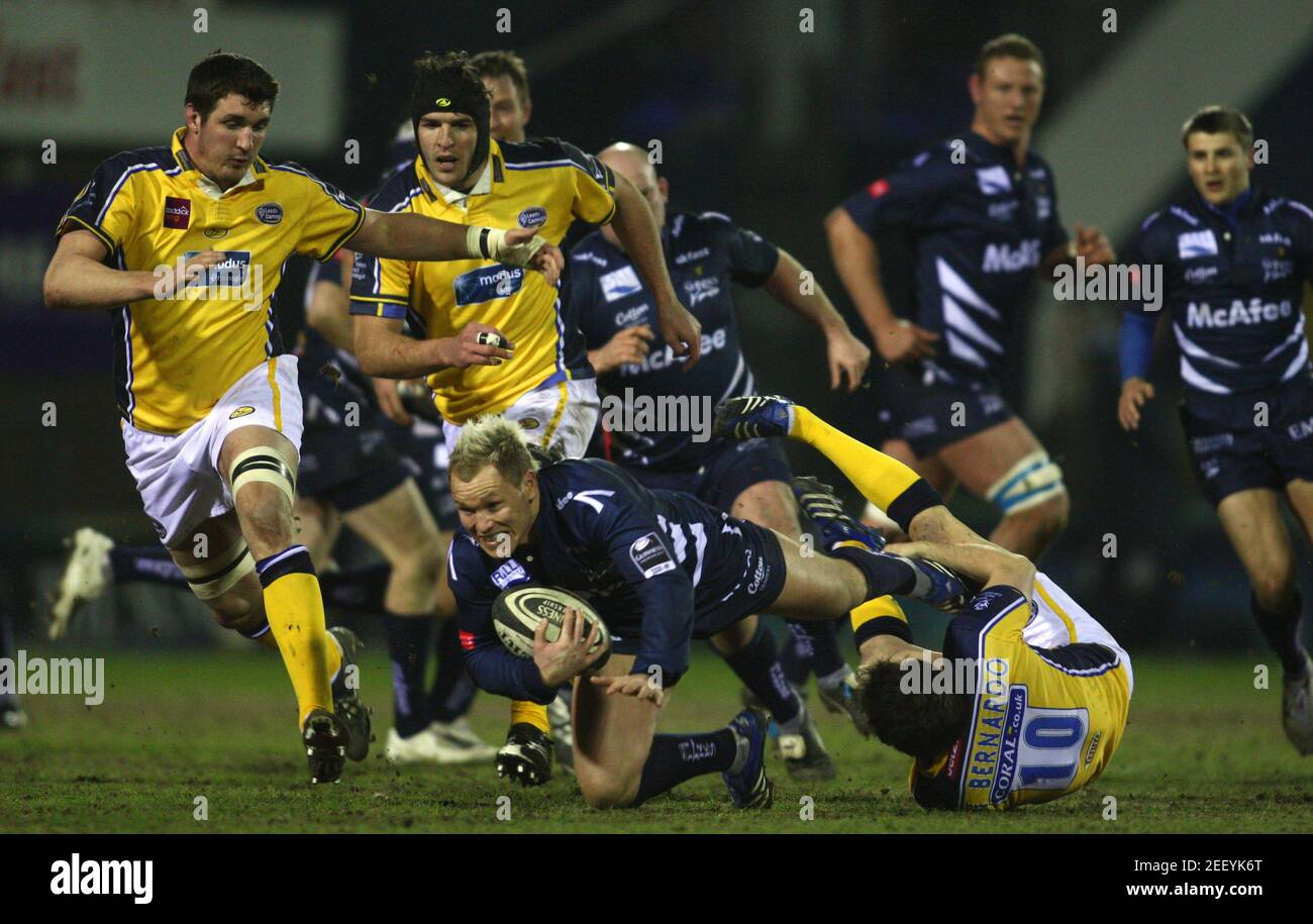 Rugby Union - sale Sharks v Leeds Carnegie Guinness Premiership - Edgeley Park - 15/2/08 sale's Lee Thomas (C) in azione con Alberto di Bernardo di Leeds (R) Mandatory Credit: Action Images / Jason Cairnduff Foto Stock