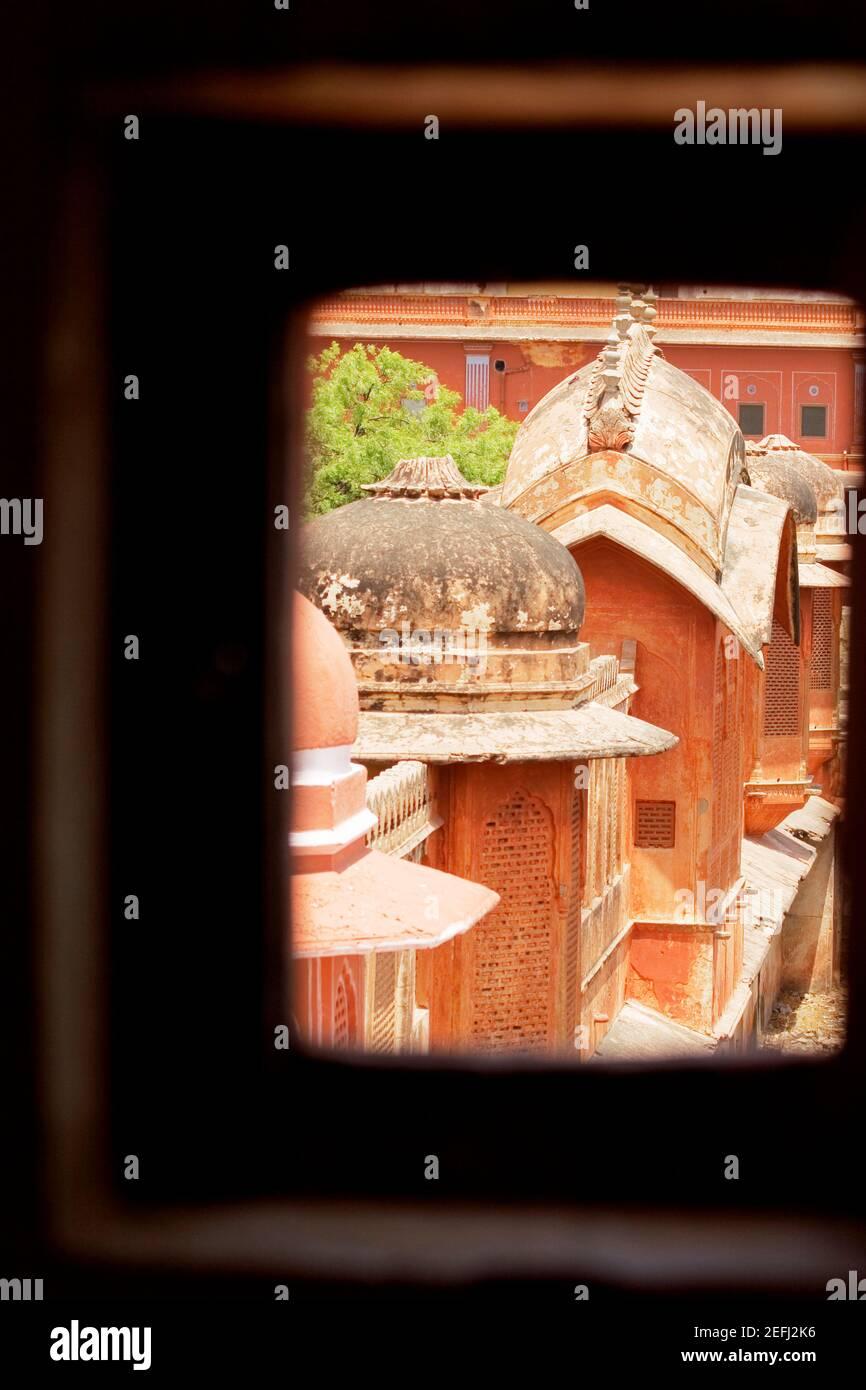 Vista in sezione alta delle cupole di un palazzo visto attraverso una finestra, City Palace, Jaipur, Rajasthan, India Foto Stock
