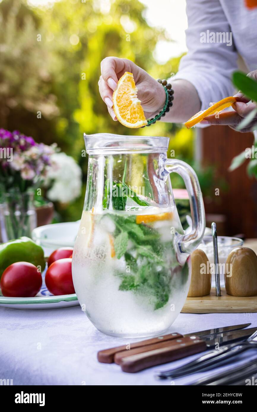 Ricetta Mojito Brocca.Brocca E Bicchiere Con Acqua Foto Stock Alamy