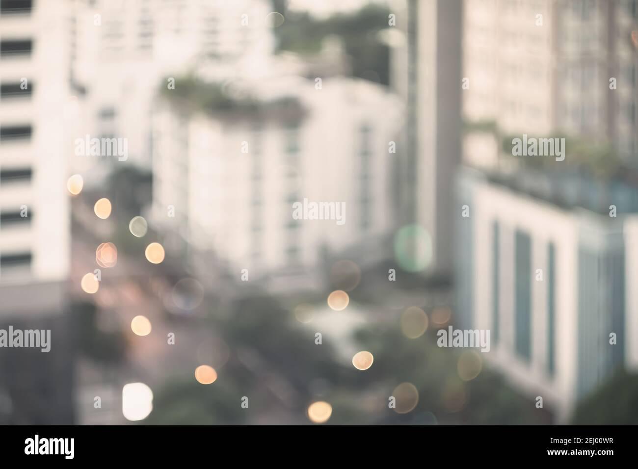 Edificio abstract blur City estate in mattina vista sfondo. Vista dello skyline della città dalla finestra dell'ufficio. Brillantezza offuscata bokeh architettura reale mo Foto Stock