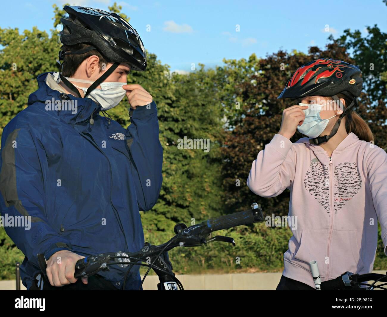 Bambini con maschere Foto Stock