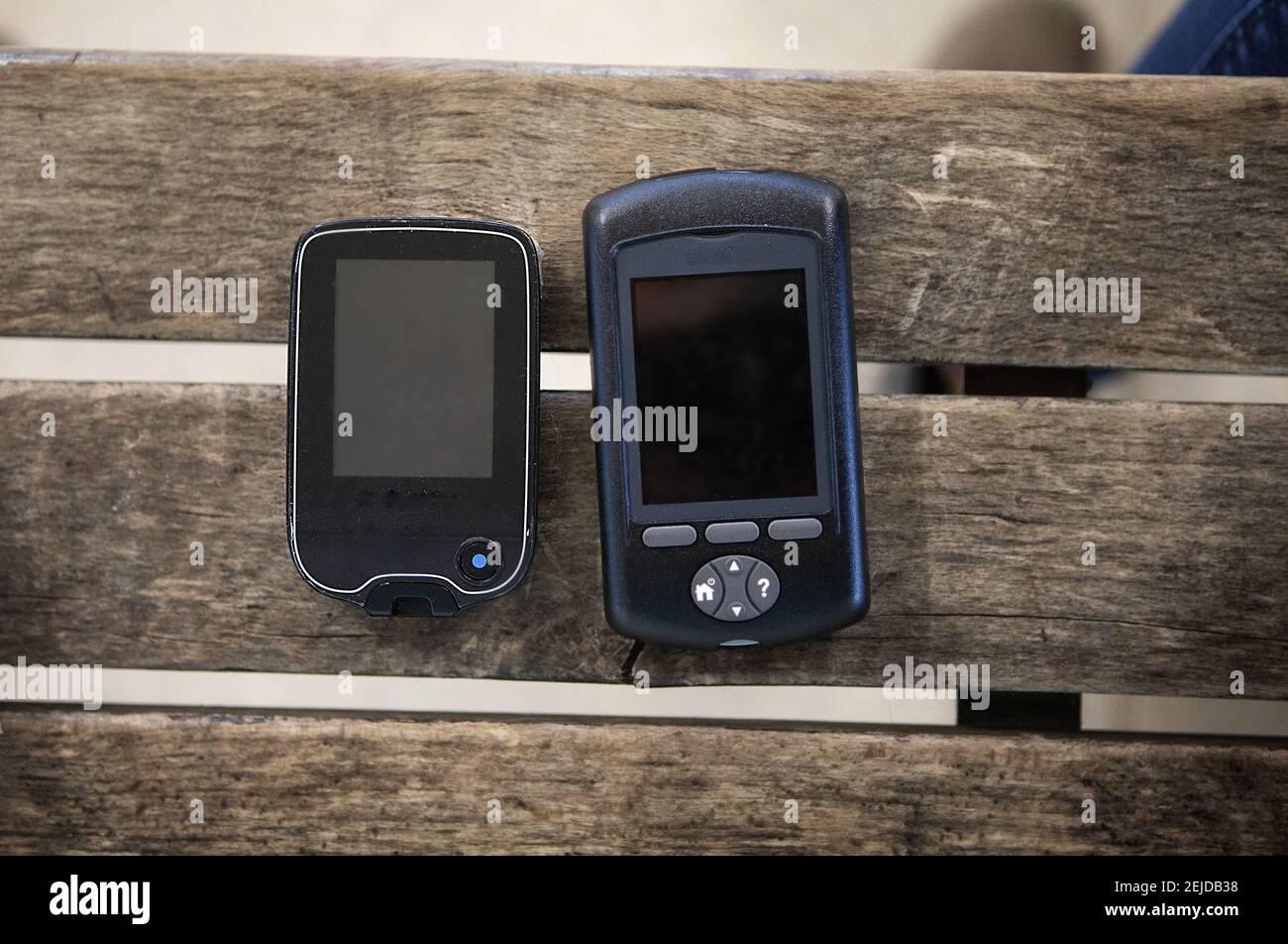 Sensore di glucosio nel sangue per il controllo dello zucchero nel sangue e una pompa per insulina per la somministrazione di insulina. Foto Stock
