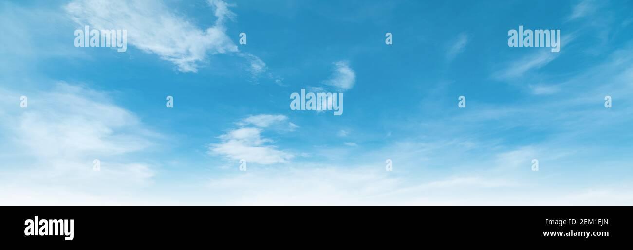 Summer Blue Sky e nuvole bianche di sfondo. Bella limpida nuvolosa nella stagione primaverile della luce solare. Panorama vivido paesaggio azzurro in ambiente naturale. O Foto Stock