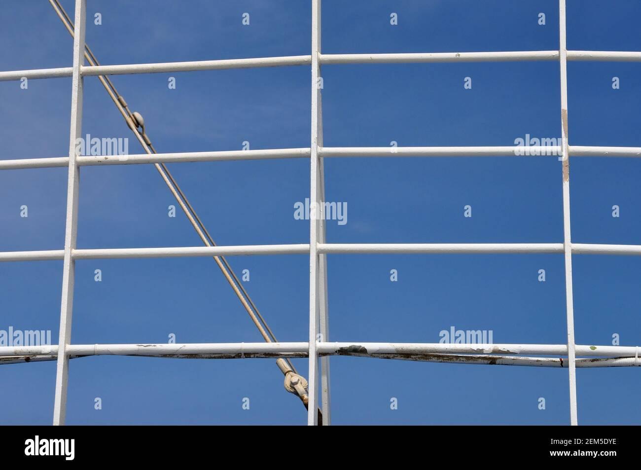 Ringhiera bianca e sfondo blu del cielo. Corrimano in ferro su traghetto. Foto Stock
