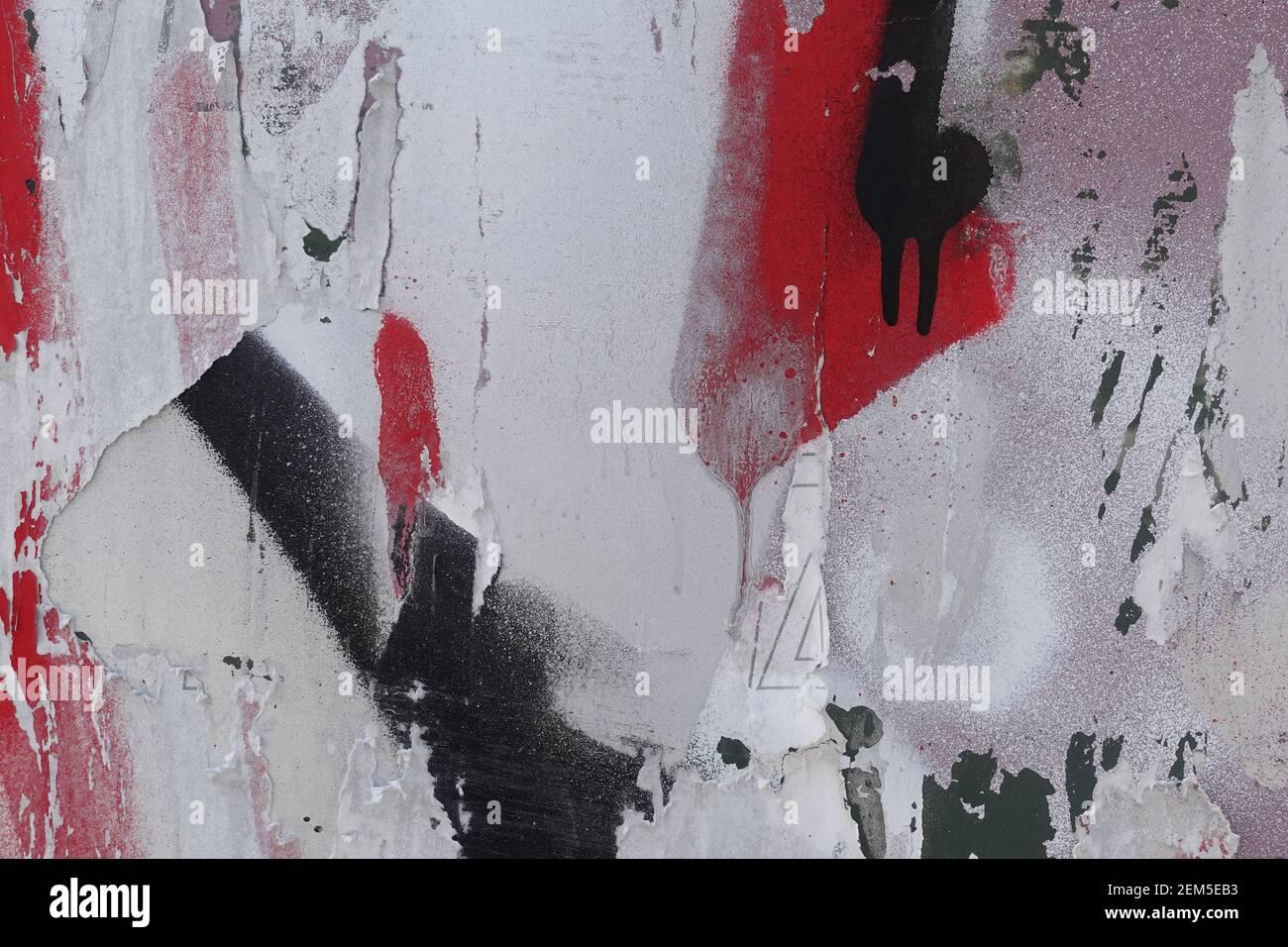Superficie di vetro verniciata a spruzzo sporca con macchie di carta strappata. Texture di sfondo. Foto Stock