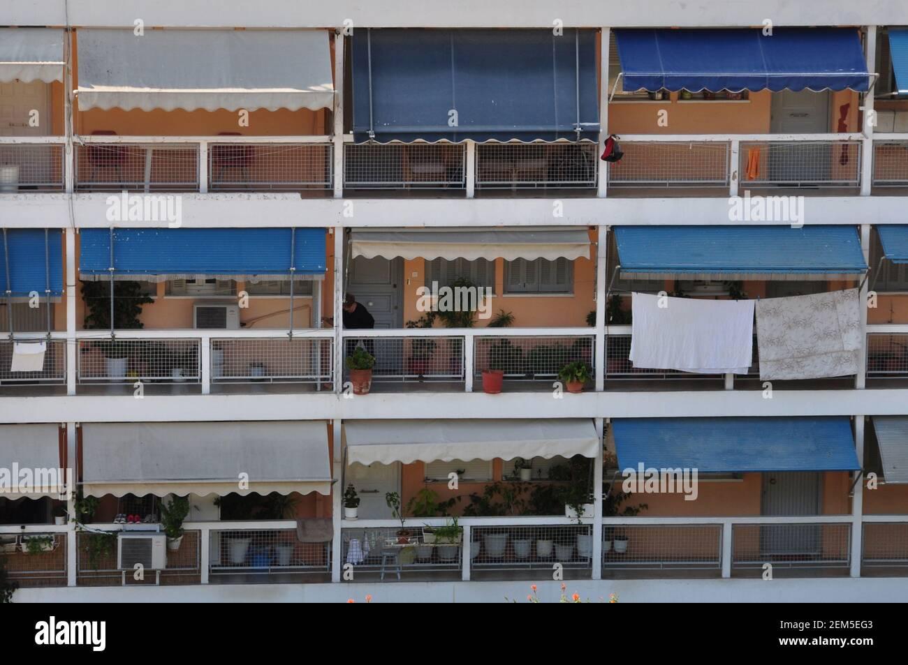 Atene, Grecia - 20 ottobre 2014: Appartamento costruzione balconi con tende nel centro di Atene. Foto Stock