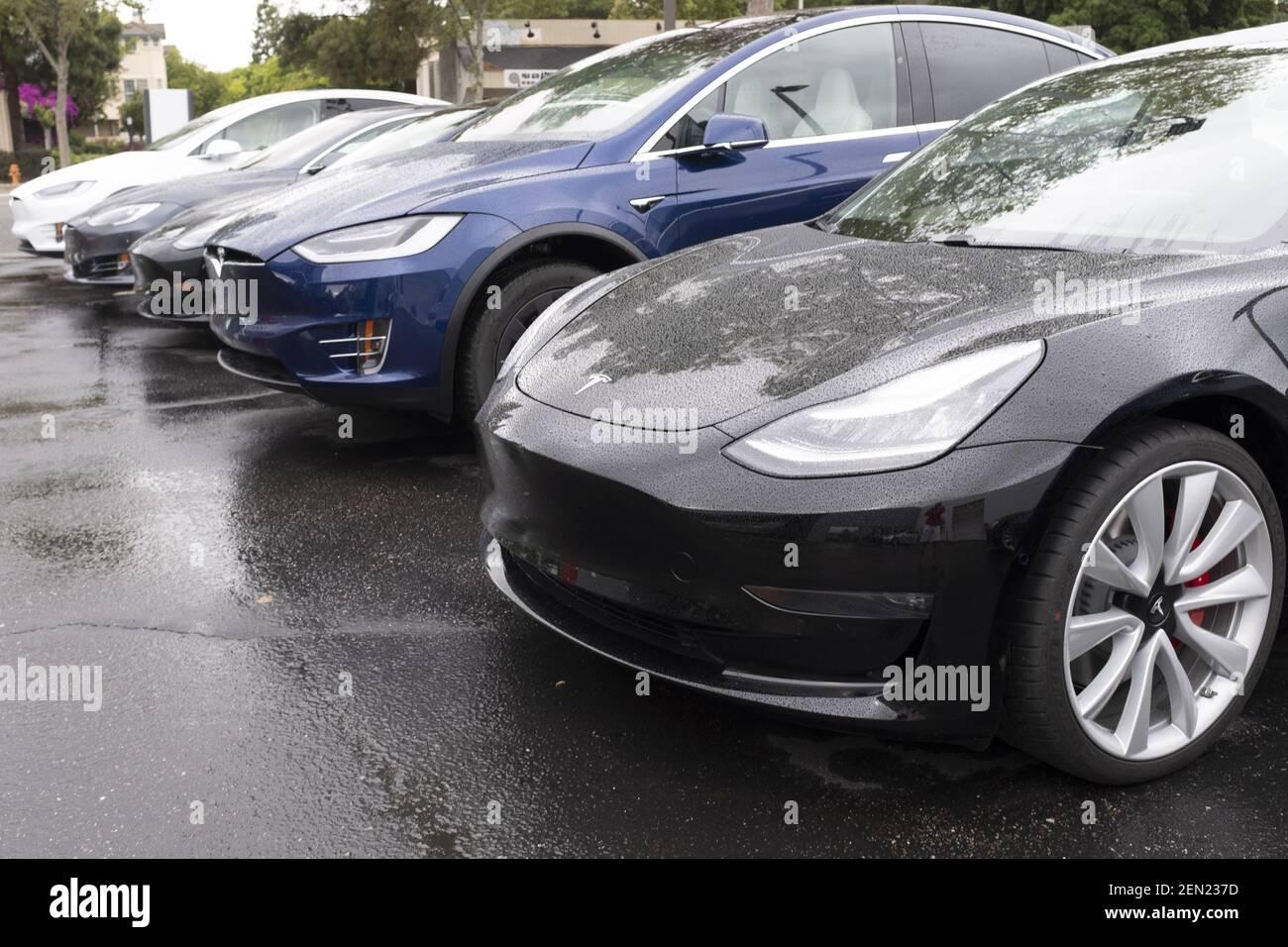 I veicoli Tesla vengono presentati in uno showroom a Palo Alto, California, Stati Uniti, il 21 maggio 2019. Tesla annuncia che sta riducendo il SUV Model X per 2,000 dollari e l'auto Model S per 3,000 dollari dopo aver sollevato preoccupazioni circa l'affievolimento dell'interesse per le sue auto e aver perso finora il 38% nel mercato azionario di quest'anno. (Foto di Yichuan Cao/Sipa USA) Foto Stock