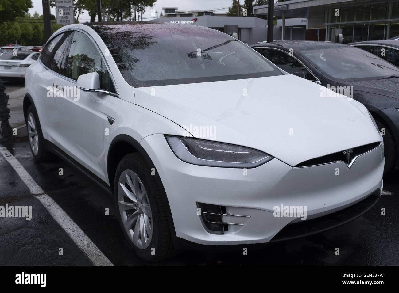 Un SUV Tesla Model X viene presentato in uno showroom a Palo Alto, California, Stati Uniti il 21 maggio 2019. Tesla annuncia che sta riducendo il SUV Model X per 2,000 dollari dopo aver sollevato preoccupazioni circa l'affievolimento dell'interesse per le sue auto e aver perso finora il 38% nel mercato azionario di quest'anno. (Foto di Yichuan Cao/Sipa USA) Foto Stock