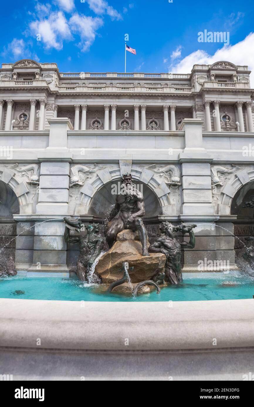 Court of Neptune Fountain di fronte al Thomas Jefferson Building della Biblioteca del Congresso su Capitol Hill a Washington, DC Foto Stock