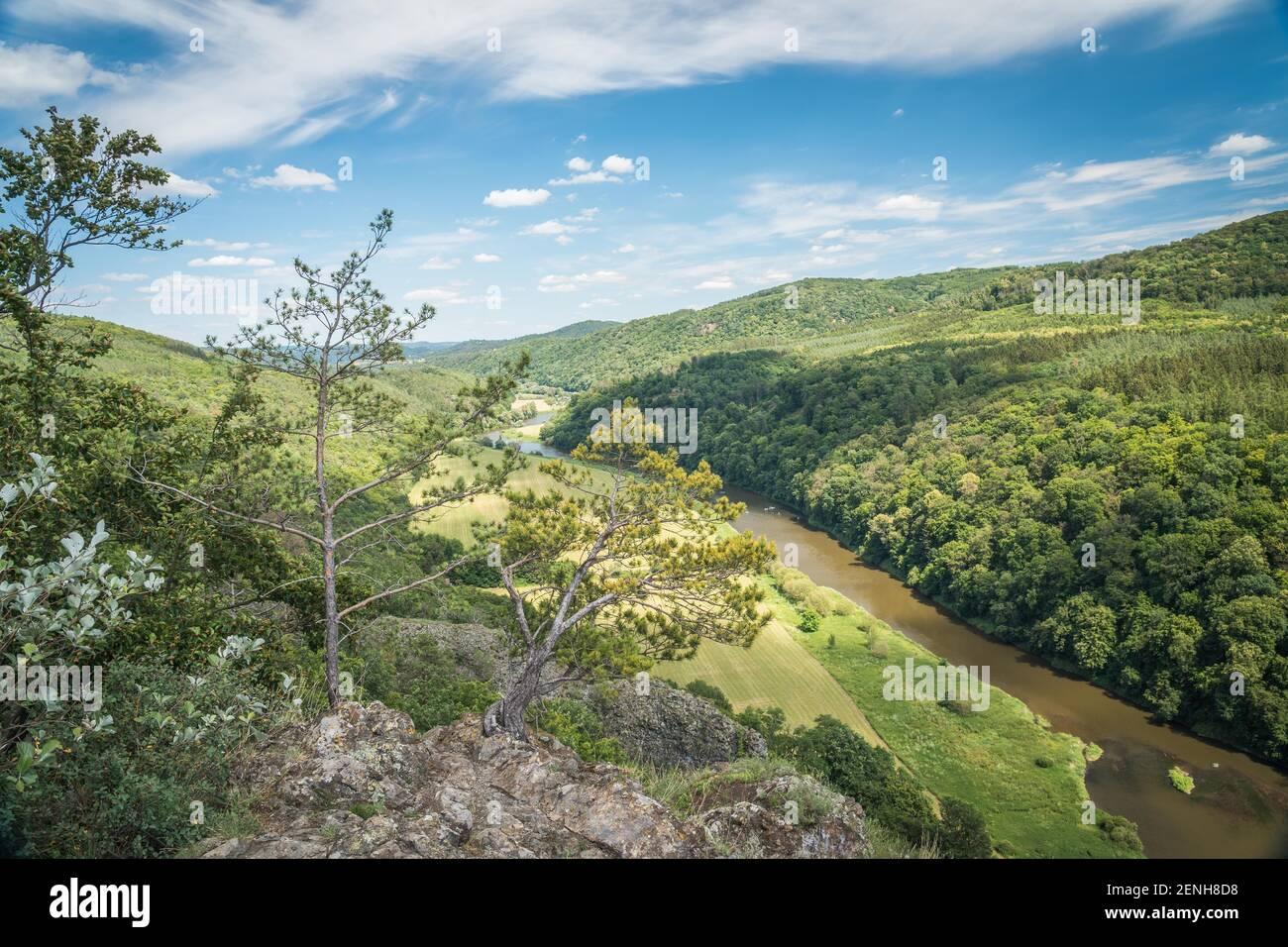 Canyon del fiume Berounka, vista da una collina Certova skala in un villaggio Hracholusky Repubblica Ceca. Foto Stock