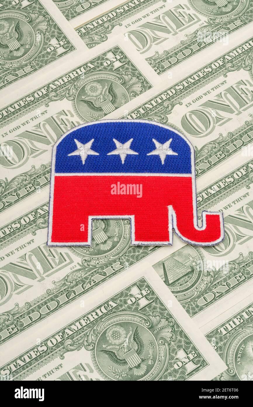 Badge con logo di elefante repubblicano GOP con banconote da 1 dollaro USA. Per la raccolta di fondi politici e fondi repubblicani per le campagne, piccoli donatori in dollari. Foto Stock