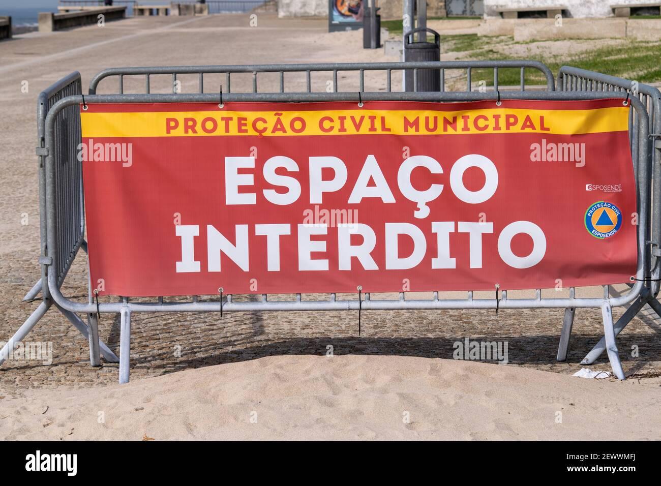 Firma Protecção civile Espaço interdito da Esposende Covid19 misure circa la distanza sociale in Portogallo. Espaço segno di Interdito Foto Stock