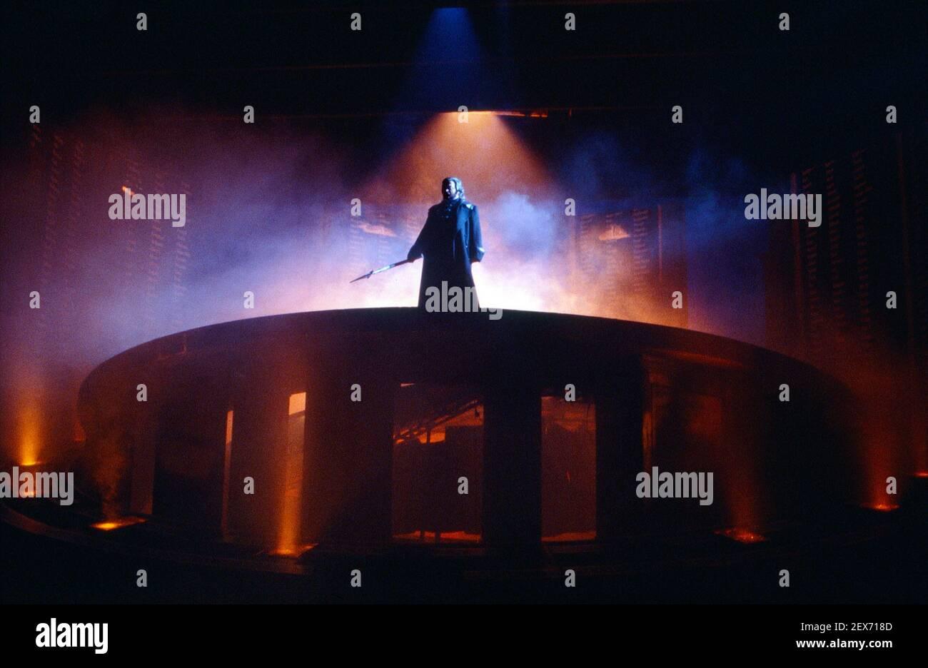 Fuoco di convocazione: Anthony Raffell (Wotan) nella VALKYRIE di Wagner alla English National Opera (ENO), London Coliseum 22/10/1983 direttore: Mark Elder design: Maria Bjornson regista: David Pountney Foto Stock