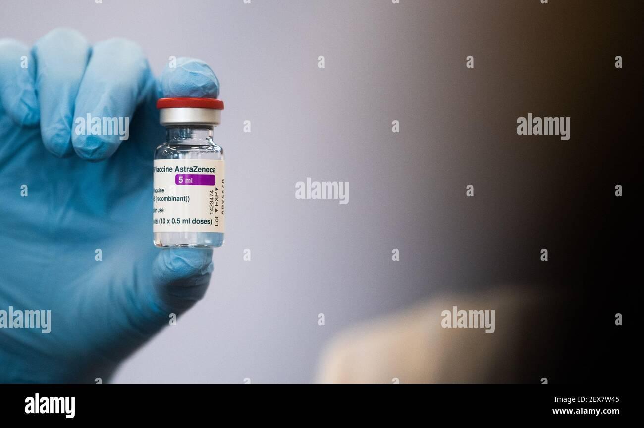 04 marzo 2021, bassa Sassonia, Hannover: Un medico mostra una fiala di vaccino AstraZeneca presso la direzione della polizia centrale della bassa Sassonia. La vaccinazione prioritaria dei poliziotti è iniziata in bassa Sassonia. Foto: Julian Stratenschulte/dpa Foto Stock
